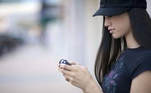 Une femme en train de jouer à un jeu vidéo.