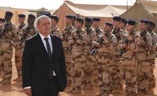 Le ministre français de la Défense Jean-Yves Le Drian à Gao au Mali avec les soldats français, le janvier 2015