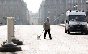 Un homme sortant son chien à Paris, le 20 mars 2020, en pleine période de confinement.