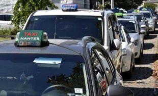 Des chauffeurs de taxi bloquent l'accès à un hôtel avant une session de recrutement par la société Uber à Nantes le 8 juin 2015