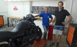 Patrick Ricroch et Paul Delacroix donnent leurs conseils aux motards dans le premier garage collaboratif de la Côte d'Azur.