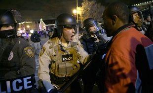 Des affrontements ont éclaté à Ferguson, le 24 novembre 2014, après la décision du grand jury qui a décidé de ne pas inculper l'officier de police responsable de la mort de Michael Brown.