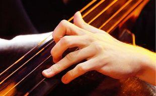 Un musicien joue du violoncelle (illustration)