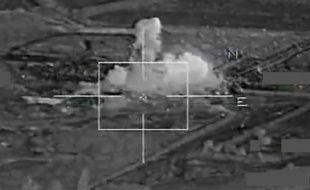 Capture d'écran d'une vidéo diffusée le 17 novembre 2015 par la Défense française montrant l'armée bombardant des positions de l'Etat islamique à Raqa