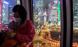 Une femme portant un masque de protection à Hong Kong, le 14 février 2020 (illustration).