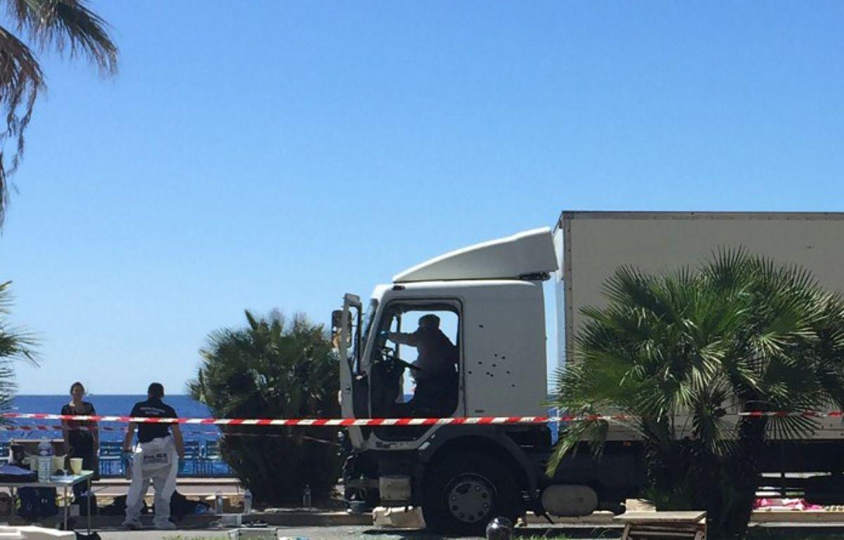 Le camion criblé de balles à la fin de sa course meurtrière sur la promenade des Anglais à Nice, le 15 juillet 2016. – VALERY HACHE / AFP