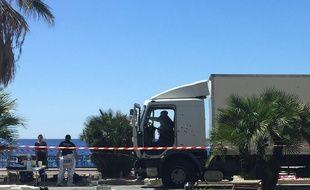 Le camion criblé de balles à la fin de sa course meurtrière sur la promenade des Anglais à Nice, le 15 juillet 2016.
