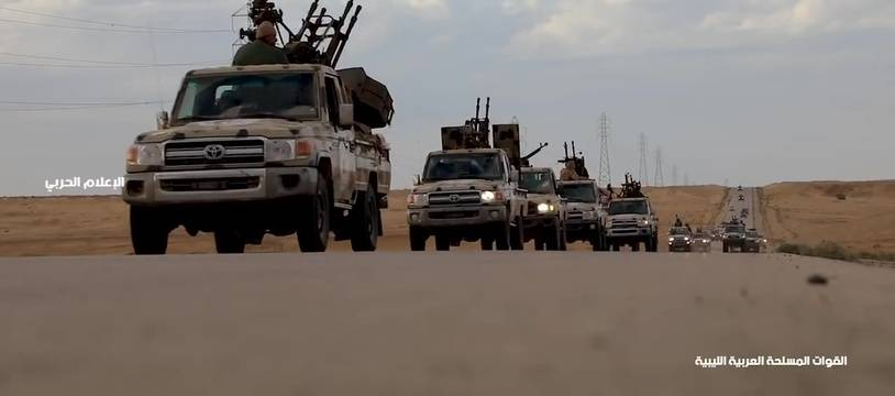 Des forces de l'Armée nationale libyenne du maréchal Haftar avancent vers Tripoli, le 4 avril 2019.