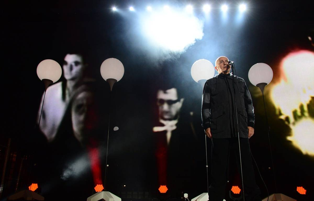 British singer Peter Gabriel performs during a Street Party organized by German governement to mark the 25th anniversary of the fall of the Berlin Wall, in front of the Brandenburg Gate on November 9, 2014 in Berlin.  AFP PHOTO / JOHN MACDOUGALL – AFP
