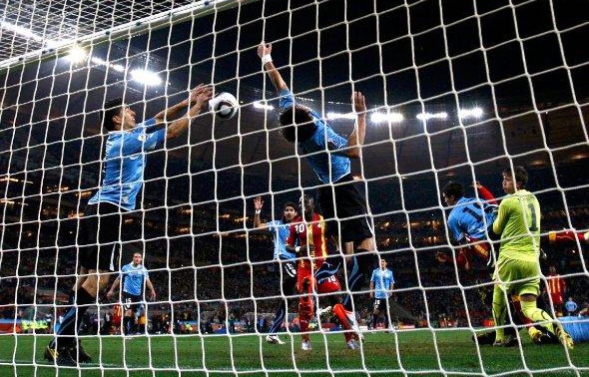 Le buteur uruguayen Luis Suarez arrête le ballon de la main, face au Ghana, le 2 juillet 2010 – REUTERS/S.SIBEKO