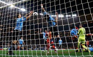 Le buteur uruguayen Luis Suarez arrête le ballon de la main, face au Ghana, le 2 juillet 2010