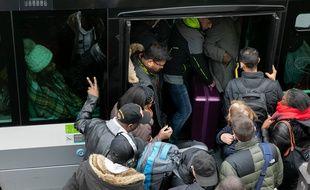Des voyageurs tentent de monter dans le bus en pleine grève à Paris. Credit:ROMUALD MEIGNEUX/SIPA.