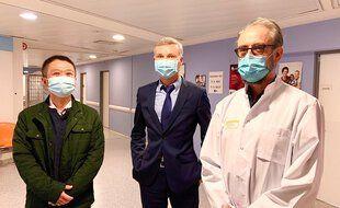 Le premier patient Covid d'Europe, Laurent Chu (à gauche), avec le directeur du CHU de Bordeaux Yann Bubien, et le Pr Denis Malvy