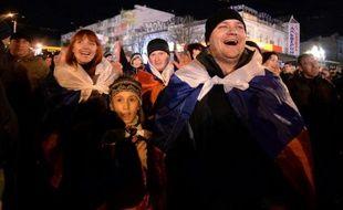 Des manifestants pro-russes célèbrent leur victoire au référendum le 16 mars 2014 sur la place Lénine de Simferopol