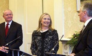 """La secrétaire d'Etat américaine Hillary Clinton a appelé vendredi à Belfast toutes les parties à poursuivre """"le difficile travail de réconciliation"""" dans cette province britannique à l'histoire troublée, en proie à un regain de tensions."""