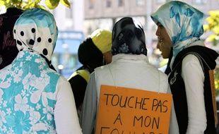 Des personnes participent, le 1er septembre 2004 devant le rectorat de  Strasbourg, à une manifestation  à l'appel du collectif «une école pour  tous et toutes» pour protester contre la loi sur les signes religieux à l'école.