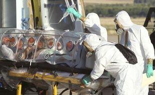 Le prêtre espagnol contaminé par le virus Ebola à son arrivée à Madrid, le 7 août 2014.