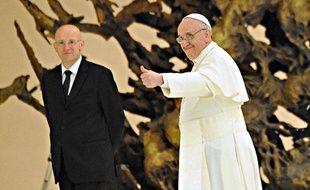 Le pape François (à droite), le 16 mars 2013 au Vatican.