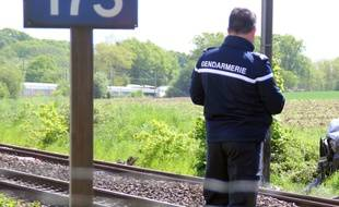 Illustration d'un gendarme sur des voies de chemin de fer, ici lors d'un accident en Ille-et-Vilaine.