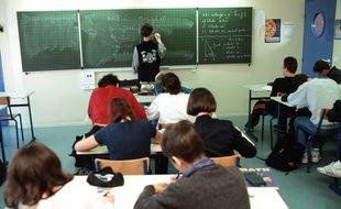 Illustration de collégiens dans une classe.
