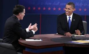 Le candidat républicain Mitt Romney (G) et le candidat démocrate Barack Obama, lors de leur troisième débat à Boca  Raton, en Floride, le 22 octobre 2012.