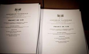 Des exemplaires du projet de loi d'habilitation à réformer le Code du travail par ordonnances.