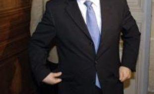 """Le ministre du Travail, Xavier Bertrand (1er plan) et le secrétaire général de la CGT, Bernard Thibault, sortent de leur réunion, le 13 novembre 2007 au ministère du Travail à Paris. La CGT a proposé au ministre d'ouvrir des """"cycles de négociation avec les directions d'entreprises et les représentants de l'Etat sur chacun des régimes spéciaux"""" de retraite, au lieu d'une négociation globale comme elle le demandait jusqu'ici. AFP PHOTO STEPHANE DE SAKUTIN"""
