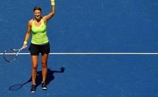 La N.1 mondiale Bélarusse Victoria Azarenka a écarté la Belge Kirsten Flipkens en cédant quatre jeux (6-2, 6-2) pour se qualifier pour le 3e tour de l'US Open.