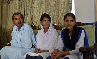 Ashiq Masih, le mari d'Asia Bibi, et leurs deux filles Esha (c) et Esham (d) à leur domicile à Lahore, le 31 octobre 2014