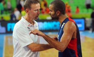 L'entraîneur de l'équipe de France de basket, Vincent Collet, parle à son meneur, Tony Parker, après la victoire face à l'Espagne le 20 septembre 2013 en demi-finale de l'Euro.
