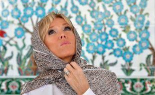 Brigitte Macron a porté un voile pour visiter une mosquée à Abu Dhabi.