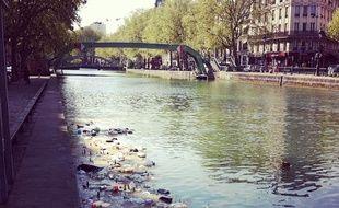 Le canal Saint-Martin sous les déchets des usagers.