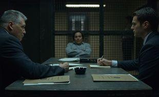 Oliver Cooper (au centre) incarne le tueur en série David Berkowitz dans la saison 2 de «Mindhunter».