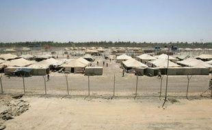 """Les Américains """"nous enfermaient dans des boîtes en fer et faisaient un bruit infernal qui provoquait de terribles maux de tête"""": Abou Moustafa a connu l'""""enfer"""" de la prison d'Abou Ghraib près de Bagdad, et il lui arrive depuis de devenir """"fou par moments""""."""