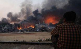 Des groupes d'émeutiers arpentaient vendredi la ville de Meiktila, dans le centre de la Birmanie, où des violences entre bouddhistes et musulmans ont fait plusieurs morts ces derniers jours, laissant dans la rue des cadavres calcinés.