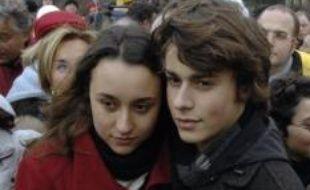 """Les deux enfants de l'otage franco-colombienne Ingrid Betancourt, Mélanie et Lorenzo Delloye, ont supplié vendredi leur mère de garder """"courage"""" et """"l'envie de vivre"""" dans des messages radio diffusés en direct dans l'espoir de l'atteindre dans la jungle colombienne."""