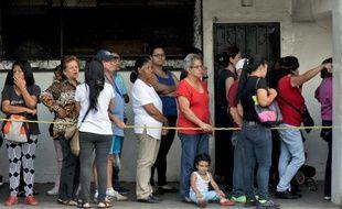 Des Vénézuélien font la queue devant un supermarché pour acheter de la nourriture à Caracas au Venezuela, le 4 décembre 2015