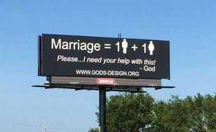 Un panneau, censé transmettre la parole de Dieu, a été installé par un couple d'Américains, fermement opposés au mariage gay