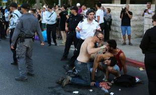 Un participant blessé à la Gay Pride le 30 juillet 2015 à Jérusalem