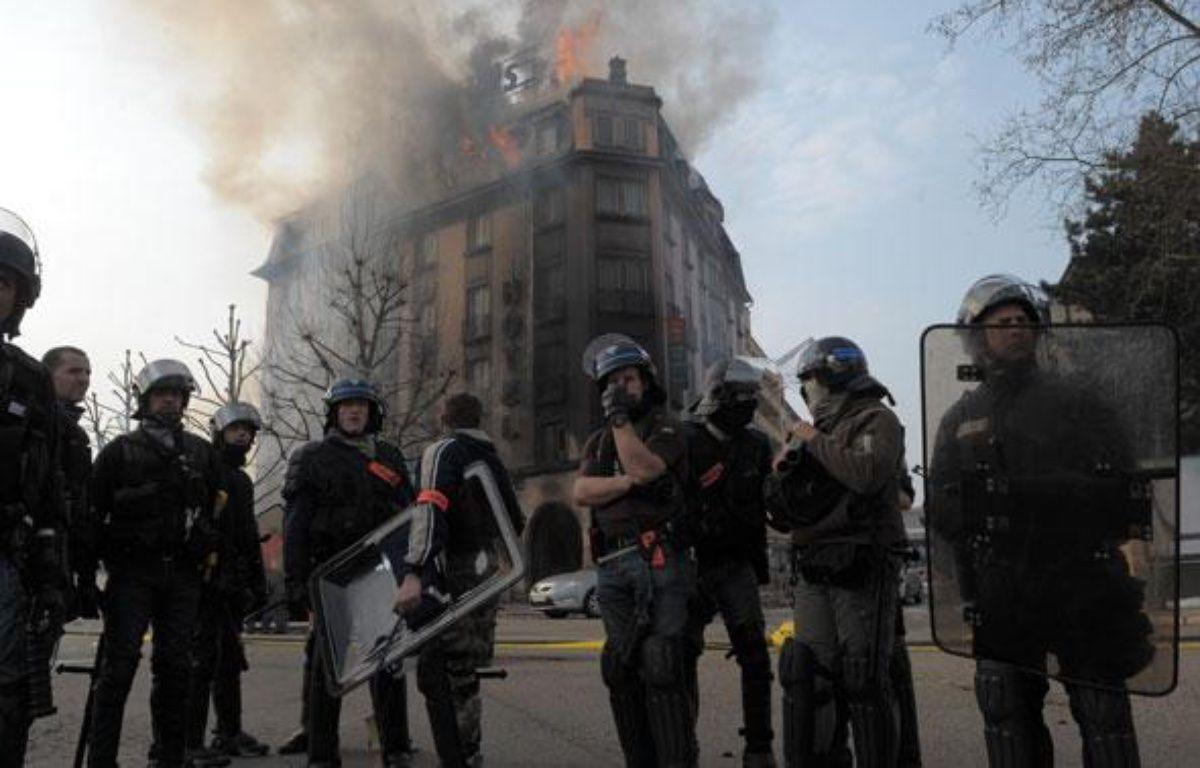 Dimanche, le quartier du Pont de l'Europe offrait un spectacle de désolation aux strasbourgeois qui ne pouvait que contempler les bâtiments incendiés par les casseurs. – G. VARELA / 20 MINUTES