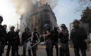 Dimanche, le quartier du Pont de l'Europe offrait un spectacle de désolation aux strasbourgeois qui ne pouvait que contempler les bâtiments incendiés par les casseurs.