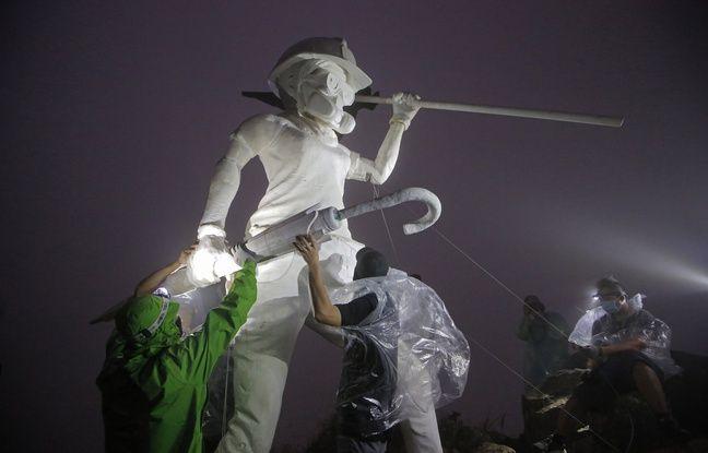 Hong Kong: Une statue, symbole de la contestation, hissée par des manifestants sur une montagne