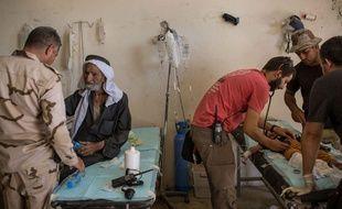 Des Irakiens se font soigner dans un hôpital de campagne géré par l'armée irakienne après des bombardements à l'ouest de Mossoul, en juin 2017.