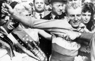 André Darrigade endosse le maillot jaune du Tour de France après avoir remporté la première étape entre Bruxelles et Gand en Belgique, le 26 juin 1958.