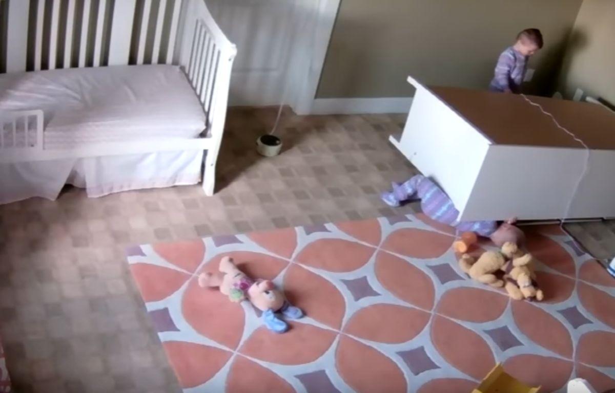 A 2 ans, Bowdy Shoff est devenu une star du Web en sauvant son frère jumeau coincé sous une commode. – YouTube