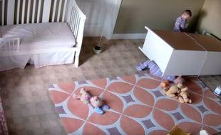 A 2 ans, Bowdy Shoff est devenu une star du Web en sauvant son frère jumeau coincé sous une commode.