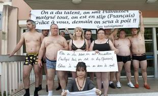 Des commerçants du mouvement des Raloignons devant le centre des impôts de Soyaux, en Charente, le 27 mai 2014.
