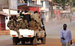 Des soldats centrafricains patrouillent dans la ville de Bangui, le 5 décembre2013.