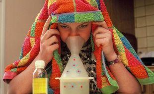 Illustration d'une jeune fille en train de soigner son rhume par des inhalations.