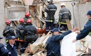 Les pompiers extraient le corps d'un adjoint au maire d'Hautmont, l'une des quatre victimes de la mini-tornade, qui a dévasté tout un quartier de la ville hier soir.